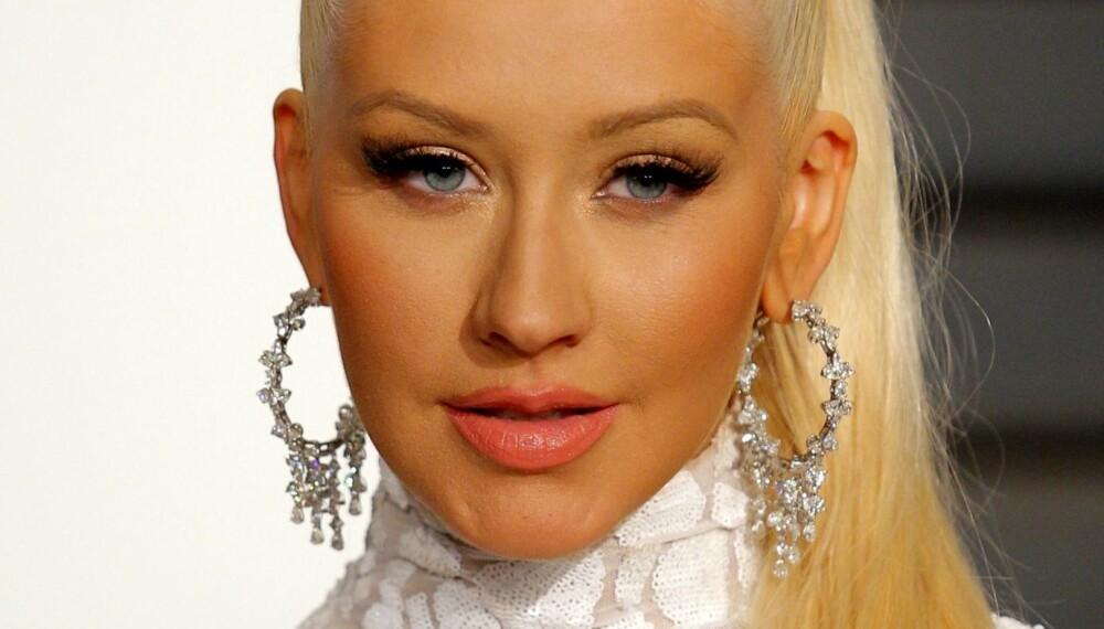 SMINKETABBE: Her ser det ut som om Christina Aguilera nærmest har falt oppi solpudderet – en lite heldig sminkelook i vinter når lyset er annerledes og mer avslørende enn vanlig.