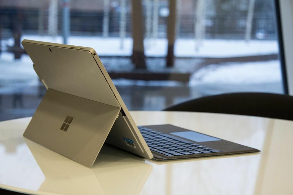 MØTEKONGEN: Surface Pro 4 er en perfekt PC om du er av typen som løper fra møte til møte.