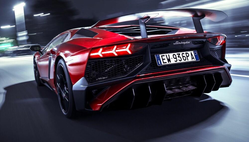 RÅ: Lamborghini Aventador LP 750-4 Superveloce. LP betyr Longitudinale Posteriore. 750 forteller hvor mange hk den har, mens 4 forteller at den har firehjulsdrift. Superveloce? Superrask.