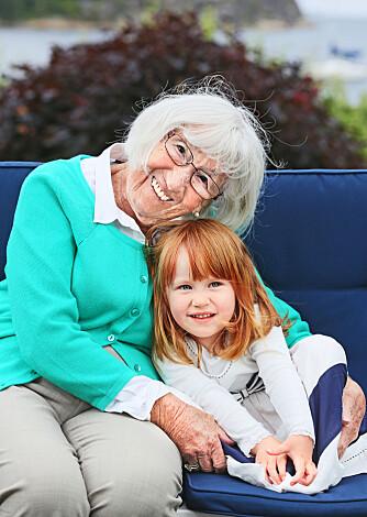 OLDEBARN: Solveig koser seg sammen med lille Hedda, som nå er nesten like gammel som Mona var da hun og moren måtte flykte.
