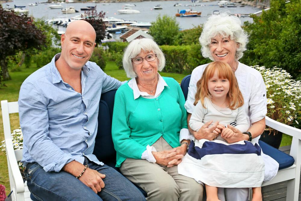 Fire generasjoner: Nå er det min generasjon som må holde historien levende,  sier Mona. Her også sammen med sønnen André Jerman (46) og hans datter Hedda.