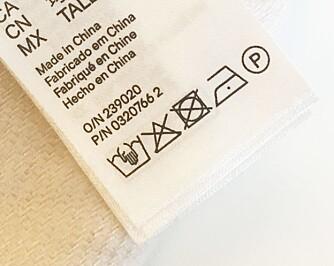 VIKTIG Å SJEKKE: Å sjekke vaskelappen er smart før du gjør et kjøp. Her for eksempel, kan ikke plagget vaskes i maskin. - At plagget skal vaskes alene eller med lignende farger, eller ikke kan vaskes i det hele tatt, er både dumt for deg og gir deg mer arbeid. Dette kan også tyde på at plagget er dårlig produsert, sier forskningsleder i SIFO og tekstilekspert, Ingun Grimstad Klepp.