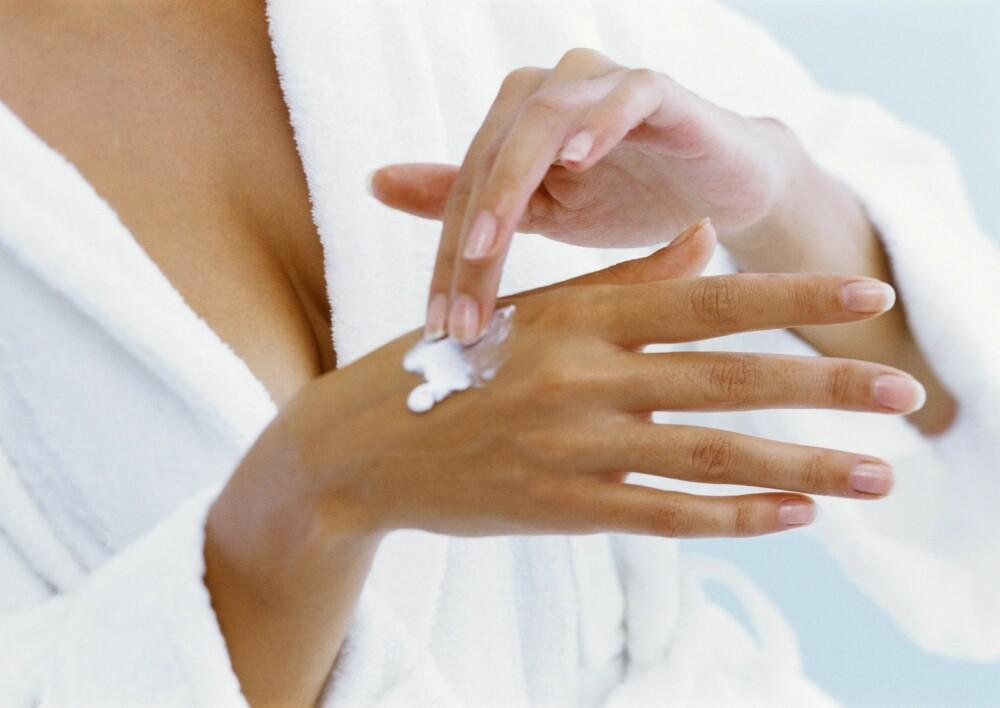 TÅLER IKKE VARME: Oppbevar aldri kremen din på nederste hylle hvis du har varmekabler i gulvet på badet. Foto: Colourbox