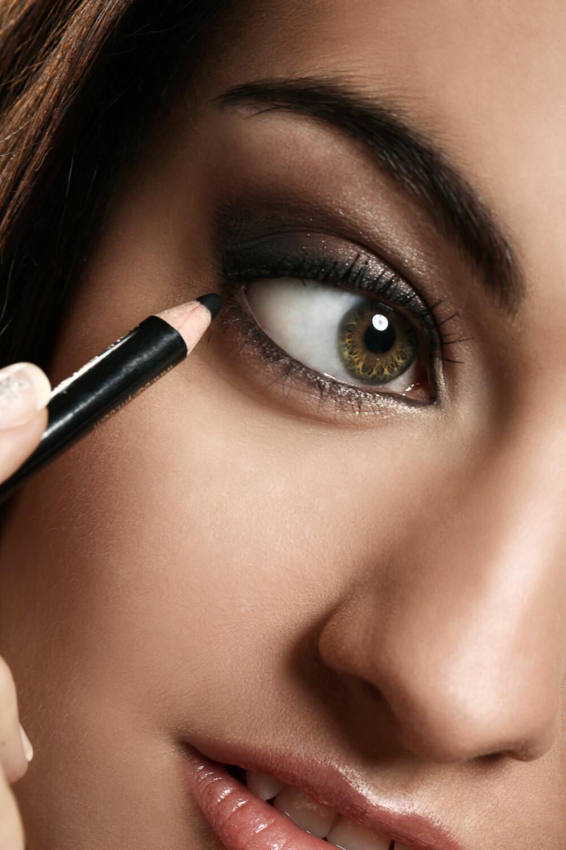 LENGER ENN MASKARA: En kajal eller eyelinerpenn sies å ha en holdbarhetstid på omtrent to år. Foto: Colourbox