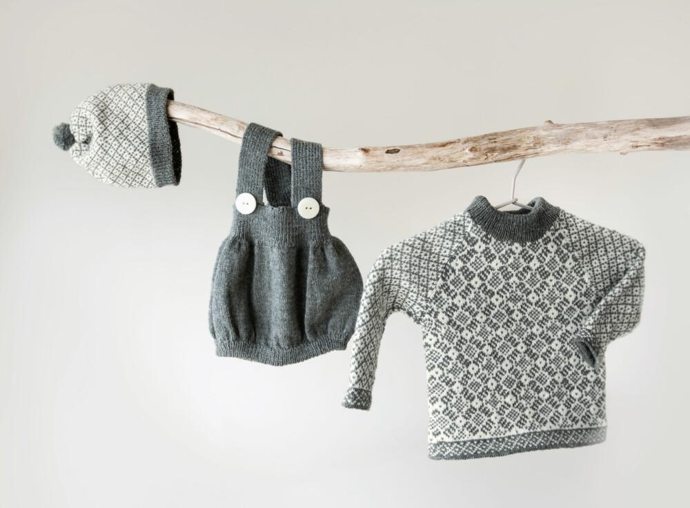 TREDELT: Romper, lue og genser i grått og hvitt.