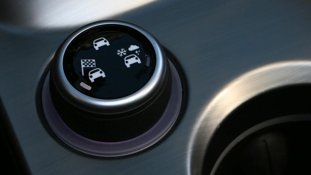 INNSTILLINGER: Fiat 500X Cross Plus har kjøreinnstillingene Auto, Sport og Traction med ulike parametre for styring, gass og ESP. Velger du versjonen 500X Lounge har den Auto, Sport og All-Weather. FOTO: Produsent