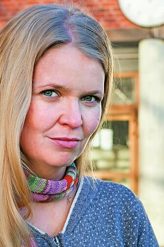 ROP UT: Justine Maria Aase (35) beskriver barndomsårene som «et helvete». Her er hun tilbake på Kruseløkka ungdomsskole, der hun endelig fikk oppleve en mobbefri hverdag.  – Det eneste som hjelper, er å si ifra, råder 35-åringen.