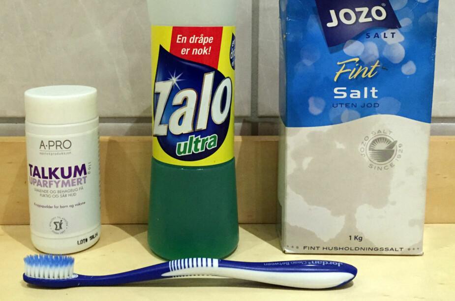 FJERNER FETTET: Talkumpudder, Zalo, salt og en tannkost er alle gode hjelpemidler for å fjerne fettflekken på klær.
