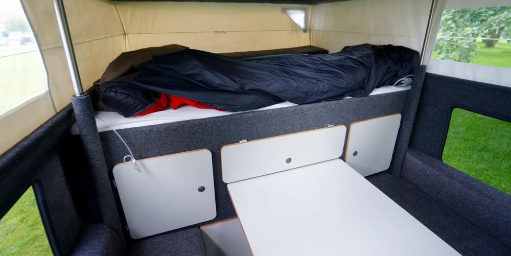 PLASS NOK: Hevet dobbeltseng med masse skapplass under.