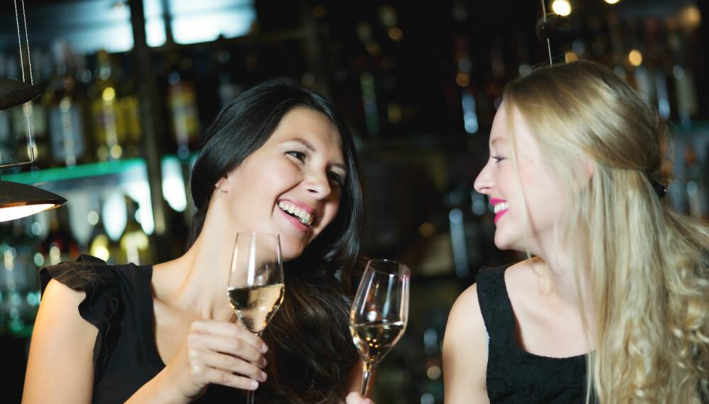 FIRE GLASS: For en kvinne på ca. 50 kilo tilsvarer lykkepromillen omtrent fire glass vin. Overstiger du dette, vil lykkefølelsen forsvinne og gå over til ubehag. FOTO: Colourbox