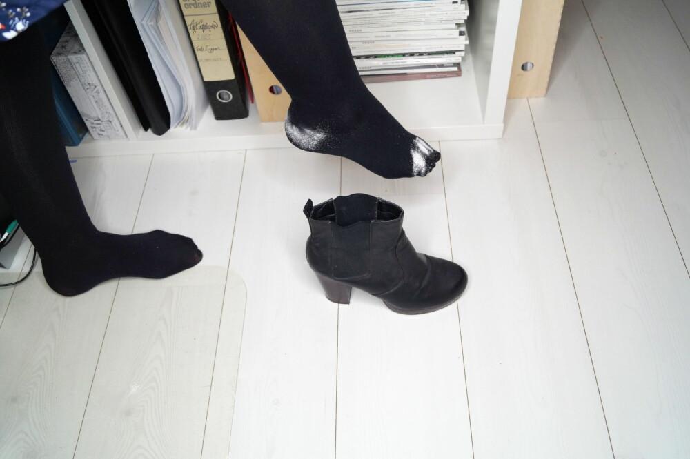 TALKUM MOT SUR LUKT: Putt litt talkum i skoene dine, eller direkte på føttene, hvis du bruker strømpebukser og føttene har en lei tendens til å stinke utover kvelden.