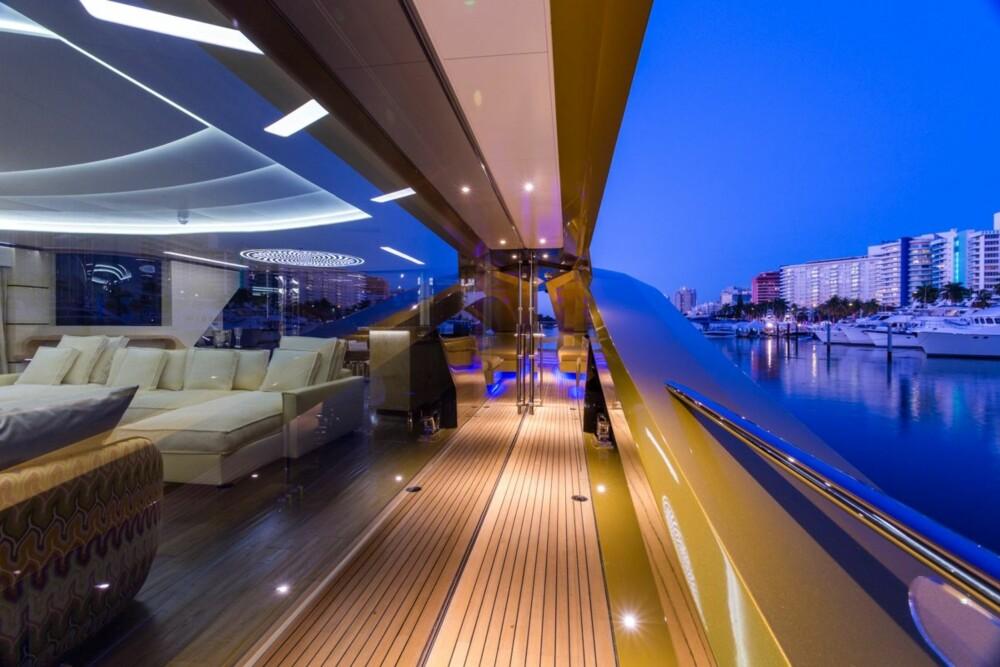 VALGFRITT INTERIØR: På innsiden av denne første båten valgte eieren en løsning med kremhvite sofaer. Hvis du legger 200 millioner på bordet kan du imidlertid få båten sånn du vil.