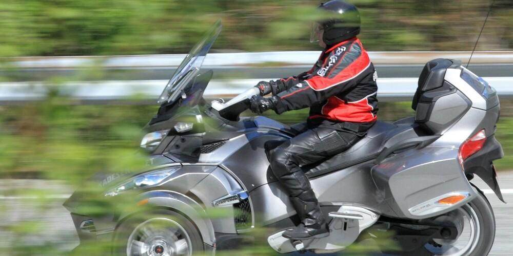 SOM BIL: Can-Am Spyder ble lansert i Norge i 2007, er registrert som trehjuls motorsykkel og kan kjøres med bilsertifikat. Du slipper å betale i bomringer, men Spyder kan ikke kjøres i kollektivfelt. Foto: Egil Nordlien, HM Foto