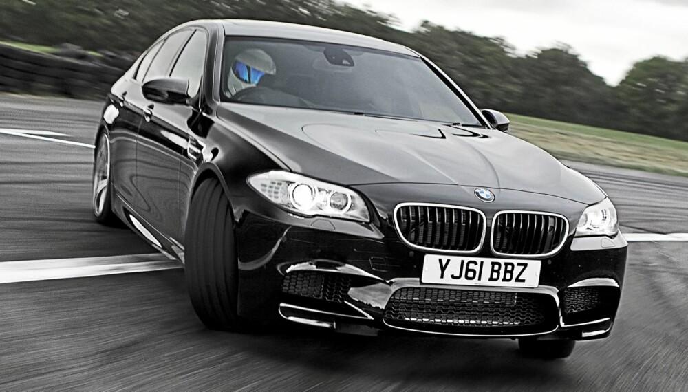 HEFTIG: BMW M5 er forræderisk rask, og måten den oppfører seg på i hastigheter langt over de tillatte er så berusende at du først som sist kan kjøre til nærmeste politistasjon og levere inn lappen din.