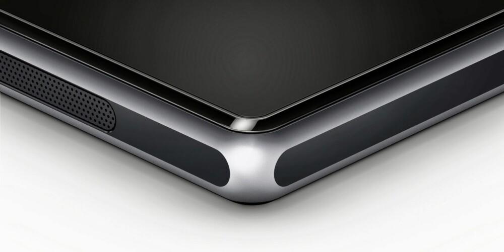 AVRUNDET: Xperia Z1 har fått en avrundet metallramme. Rundt skjermen ligger en avrundet plastlist som sammen med rammen gir mobilen en avrundet og beghagelig form.