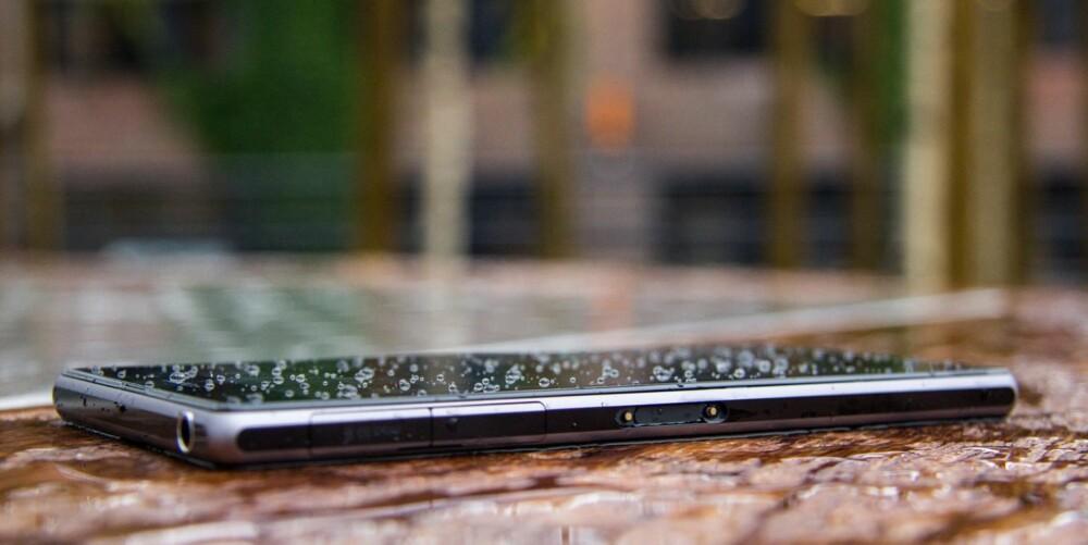 REGN: Så lenge dekslene på Xperia Z1 er lukket, kan du trygt bruke mobilen ute i regnvær. Du kan også ta bilder ned til 1,5 meter under vann.