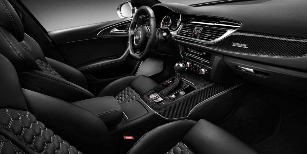 RS-PYNT: Hvite instrumentskiver, seter i skinn og alcantara, svart tak og karbondeksler er med i Audi RS6-pakken. FOTO: Audi