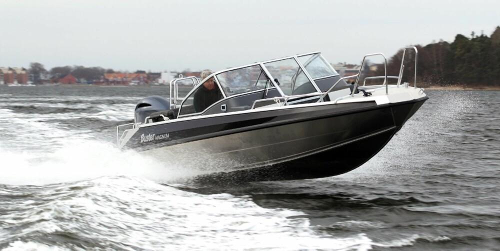 VELKJØRT: Vi har testet motoren på en Buster Magnum, men også båter som Finnmaster 68 DC, Yamarin 65 DC og 68 DC vil kle den nye motoren godt. FOTO: Egil Nordlien HM Foto