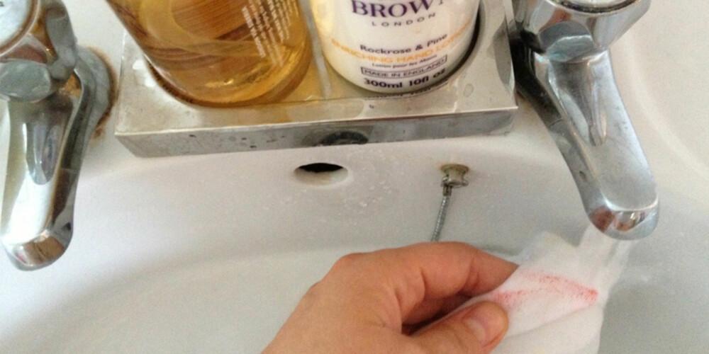 VÆR KJAPP: Har du først fått en flekk på et plagg, bør du få skyldt det i kaldt vann så raskt som mulig for å forhindre at flekken setter seg.