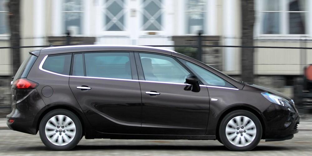 SPAGATEN: Opel prøver seg på en klassisk spagat. Ikke bare skal løsningene være enda mer praktiske, bilen skal samtidig ha mer stil og mer kjøreglede. Alle skal få sitt, uansett om de sitter i første eller tredje seterad. Foto: Egil Nordlien, HM Foto