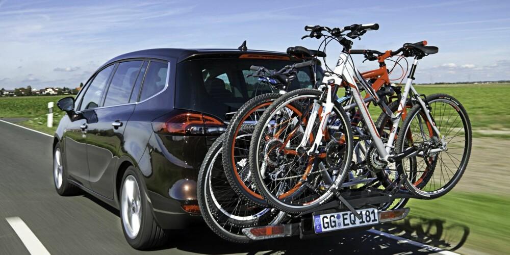 GENIALT: Vi er svake for Opels FlexFix-system, som er en videreutviklet versjon av sykkelløsningen Opel har hatt i noen år. Uten spesialverktøy og med enkle håndgrep får du en sykkelholder med plass til to sykler - med adapter får du plass til ytterligere to sykler. Når FlexFix ikke er i bruk, er holderen nærmest usynlig plassert i støtfangeren bak. Foto: Opel