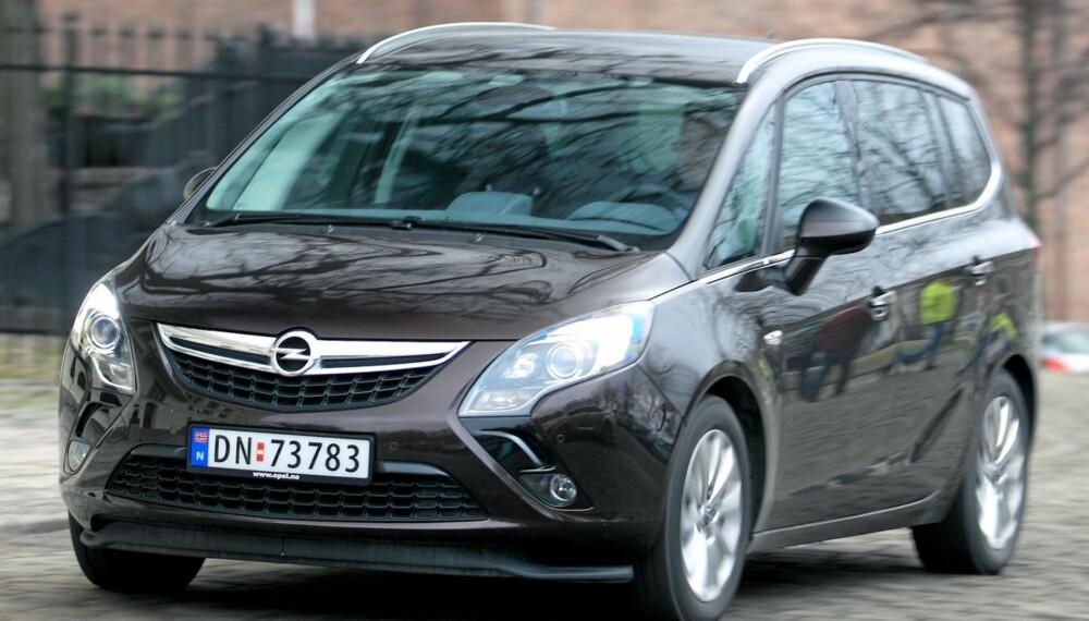 MOTORDUELL: Hvilken motor bør man velge til en topp moderne familiebil som Opel Zafira Tourer. Foto: Egil Nordlien, HM Foto