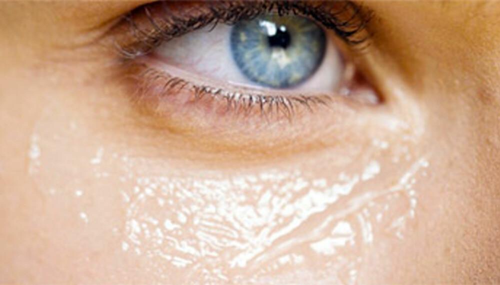 KJENDISTRIKS: For å stramme opp poser og løs hud under øynene, er det et velkjent triks å benytte seg av hemoroidekrem.