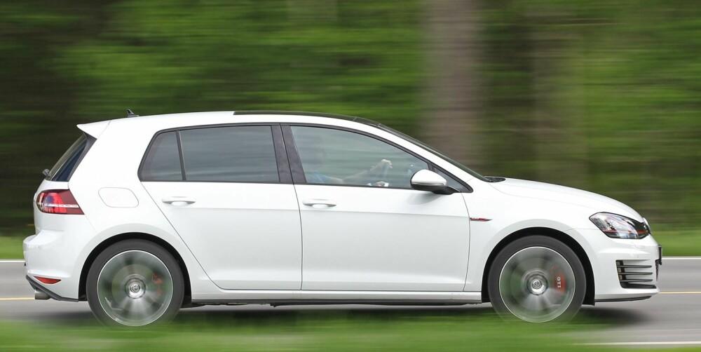 RASK: Fra siden viser store hjul og røde kalipere at det er noe ekstra med GTI. Den virkelige forskjellen kjenner du imidlertid først når du gir gass: Med 230 hk er VW Golf GTI svært rask. FOTO: Petter Handeland