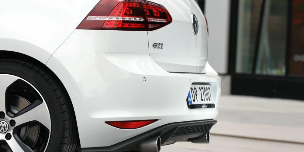 POLERT YTRE: Bak har Golf GTI litt mørkere lykter enn en vanlig Golf, to eksosrør og en liten diffusor. Også bak har den ventilerte bremseskiver. Sportsunderstell er standard. FOTO: Petter Handeland