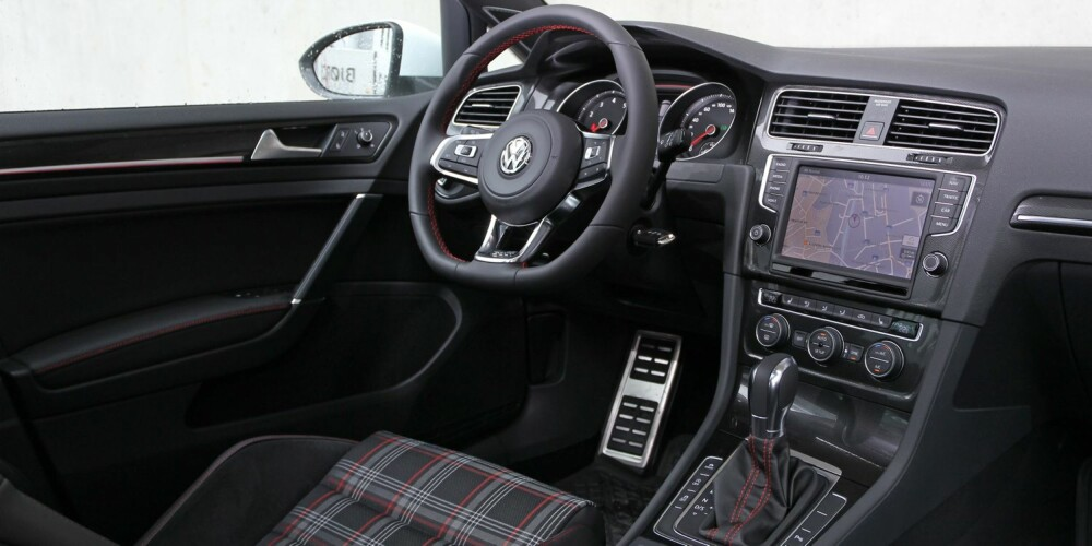 MODERNE: VW Golf GTI har en god utstyrspakke som standard. Innvendig er den pyntet med røde linjer i dørene og røde sømmer på ratt og ved girspaken. Skjermen gir moderne følelse og god brukskomfort. FOTO: Petter Handeland