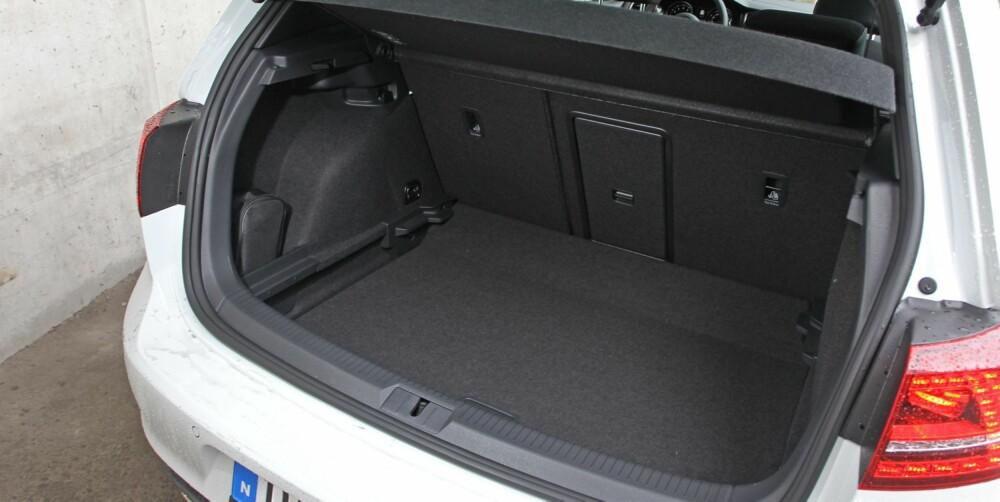 PRAKTISK: VW Golf GTI er like praktisk som en vanlig Golf. Bagasjerommet, som er oppgitt til 380 liter, er det samme, og selvsagt kan seteryggen legges ned. FOTO: Petter Handeland