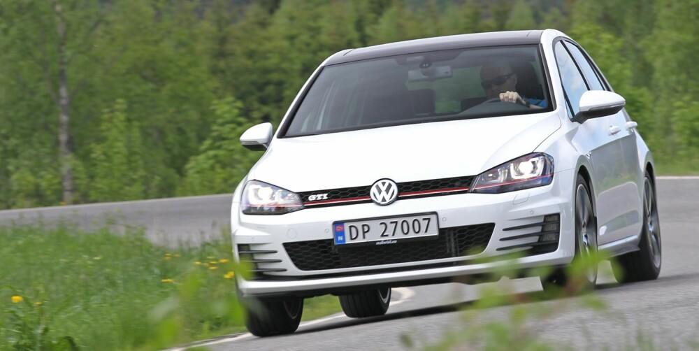 """LITT BARSKERE: VW Golf GTI er senket, men ser ikke lav ut. I nedre del av nstøtfangeren er luftinntaket større, og tåkelysene er utstyrt med """"""""finner"""""""". En rød strek går fra lykt til lykt. FOTO: Petter Handeland"""