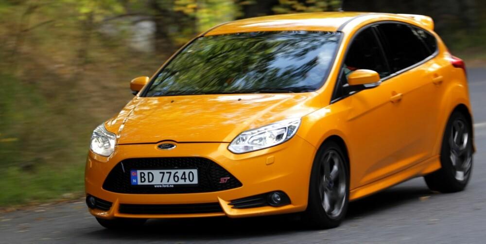 KANLLFARGE: Den guloransje lakken er reservert for Ford Focus ST. Den sikrer deg full oppmerksomhet. Focus ST har dessuten sin egen grill og støtfanger sammenlignet med vanlige Focus-modeller. 18-tommer hjul er standard. FOTO: Egil Nordlien, HM Foto