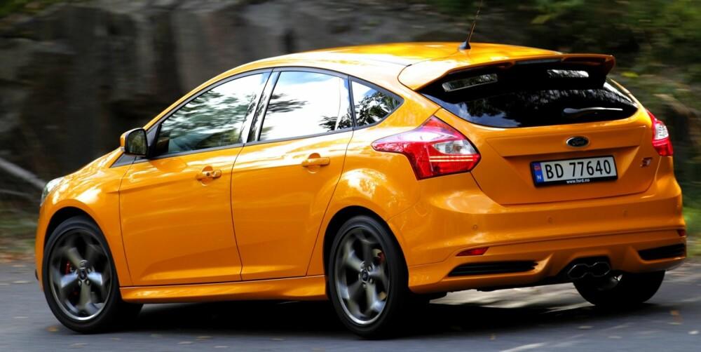 SPORTSPYNT: Bak har Ford Focus ST blant annet hekkspoiler og senterplasserte eksosrør. Understellet er fast og skiller seg fra en standard-Focus i både elektronikk og mekanikk. FOTO: Egil Nordlien, HM Foto