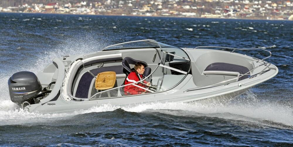 FULL KONTROLL: Vår testbåt kjennes ut som om den er støpt i ett stykke og har sjøegenskaper du normalt sett bare finner i eksotiske sportsbåter, som oftest både større og dyrere enn dette.