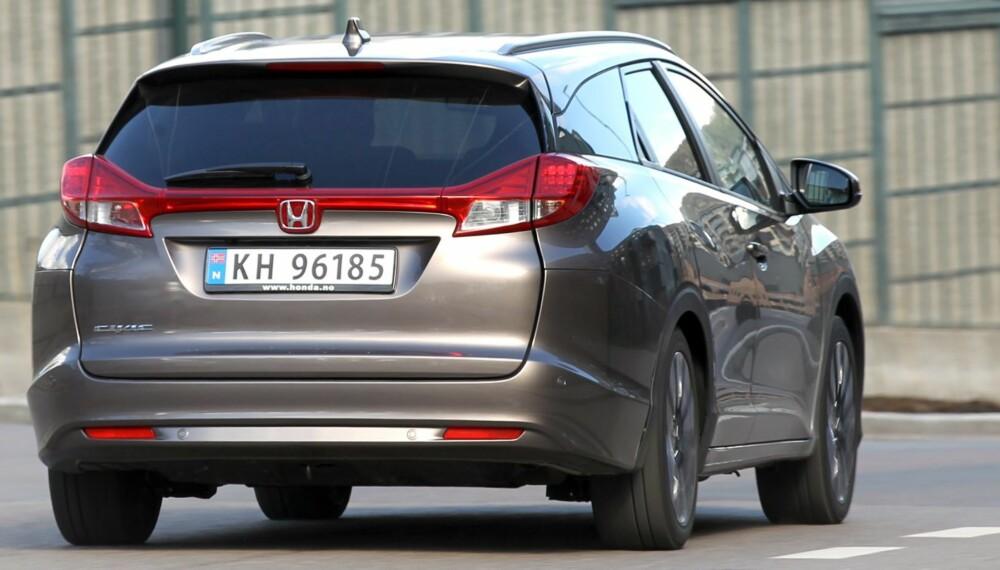 BEST: Med denne bilen blir du en sjelden gjest ved drivstoffpumpene. Honda Civic 1,6 i-DTEC har lavest testforbruk uansett biltype og motorstørrelse som kombikupé (0,38 l/mil), og får delt annenplass som stasjonsvogn (bildet; 0,40 l/mil). FOTO: Petter Handeland
