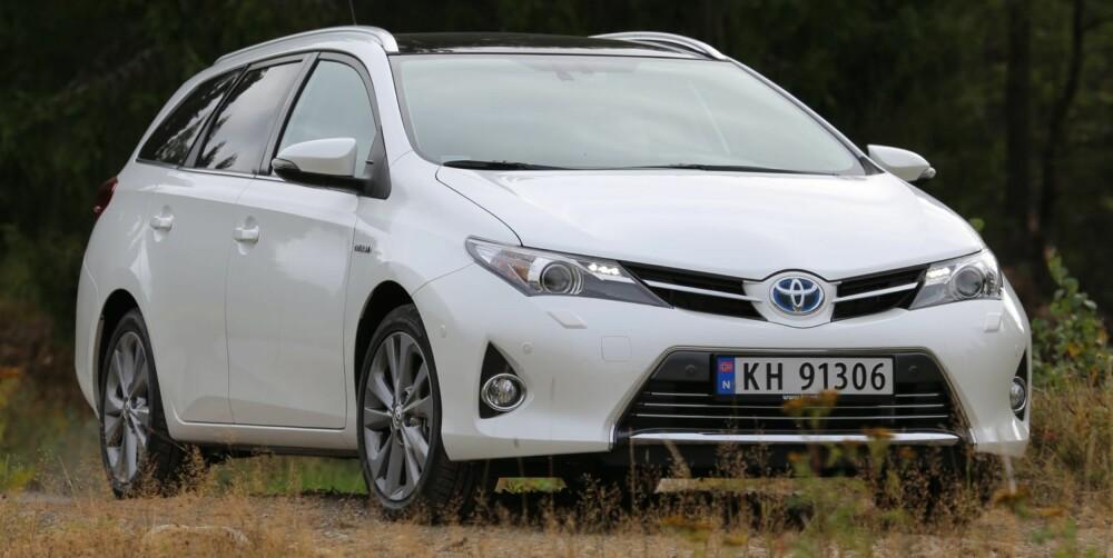 HYBRID HOLDER: Hybridsystemet i Toyota Auris, her i stasjonsvognutgave, gir en bil som drikker forsiktig av bensintanken. I dette tilfellet velger vi hybriden, og ikke diselbilen. FOTO: Terje Bjørnsen