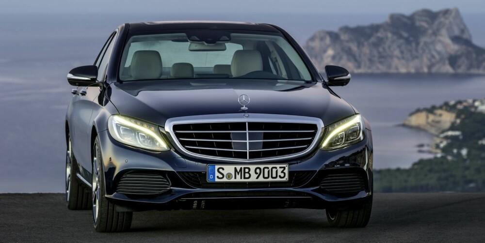 STJERNEVARIASJON: Mercedes-stjerna er stor og står midt i grillen på de fleste utgavene av nye C-klasse, men på Exclusive-varianten er den klassisk plassert fremst på panseret.