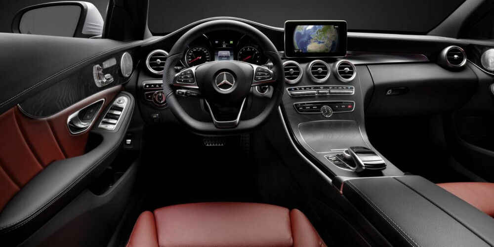 FORSEGGJORT: Interiøret er solid og gir en meget god kvalitetsopplevelse i prøvekjøringsbilene. Dashbordutformingen med ryddig midtkonsoll og en stor, frittstående skjerm på toppen virker langt mer moderne enn det var på forgjengeren.