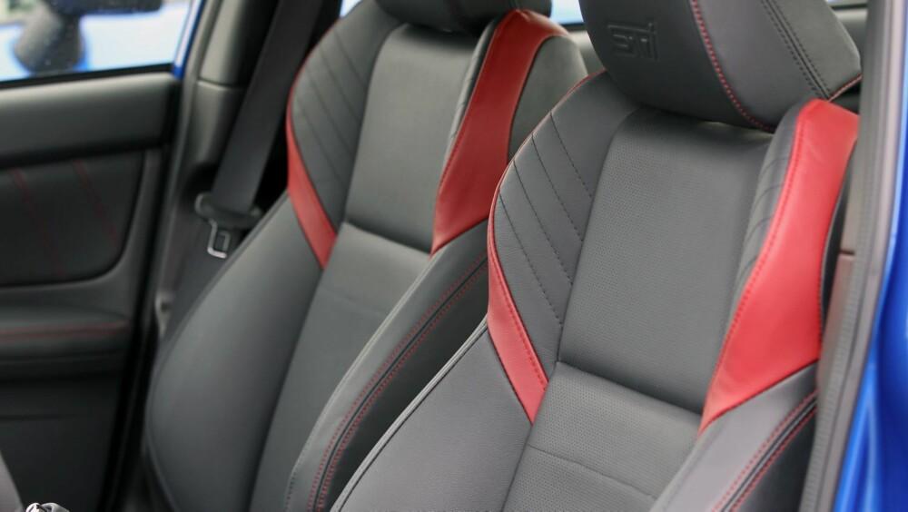 PÅ PLASS: Sportsstolene i skinn gir den støtten man trenger i en bil som innbyr til aktiv kjøring og hever totalinntrykket i kupéen.
