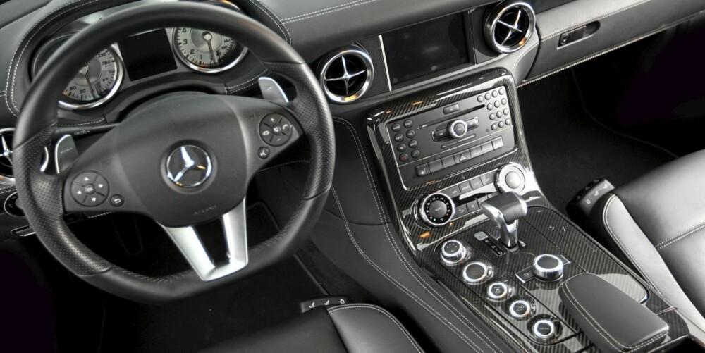LUKSUS: Superbilytelser blandes med luksusinteriør i SLS AMG. Her finnes en knapp for alt, dyrt skinn og ekstremt dyr karbonfiber.