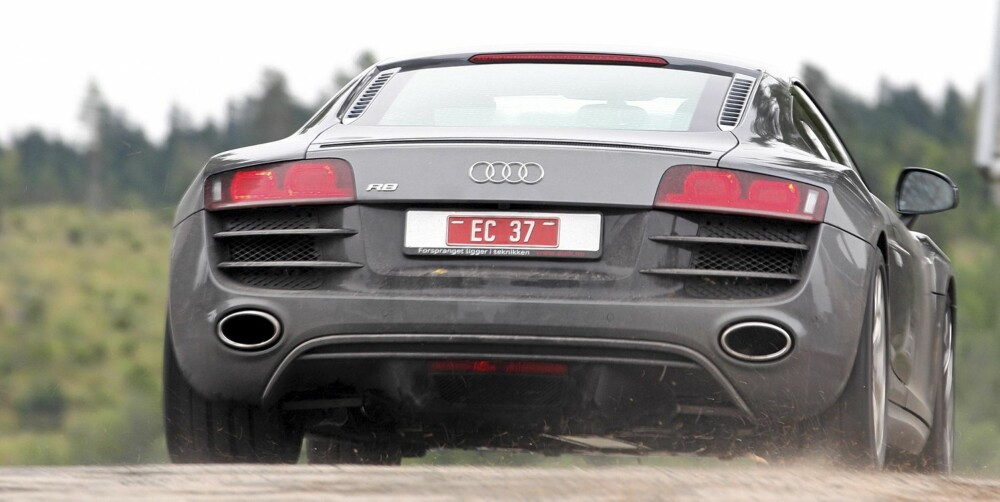 FEIT HEKK: Under bakruta sitter hjertet i Audi R8 V10: motoren som leverer 525 hk når gasspedalen trykkes inn.