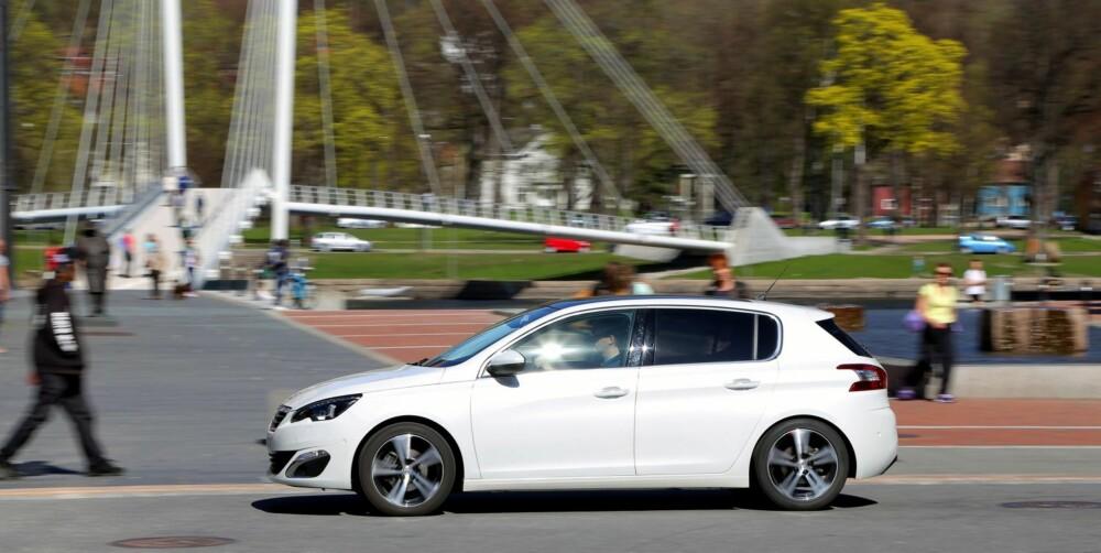LETTKJØRT: God oversikt og fin betjening gjør at Peugeot 308 også føler seg hjemme i bykjøring.