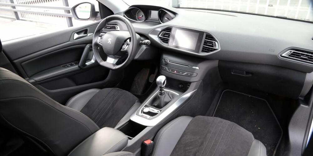 STILRENT: Uten de mange knappene som kreves i en moderne bil, blir førerplassen ryddig. Men noen bil for deg med skjermskrekk, er Peugeot 308 ikke.