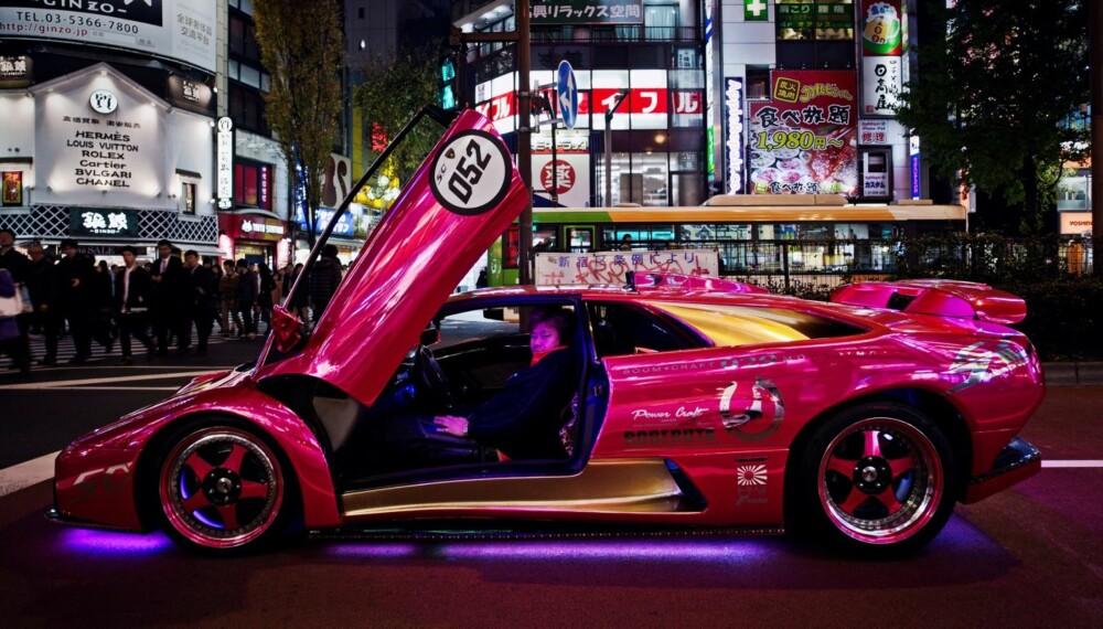 LAMBORGHINI: Dette er Shinichi Morohoshi og hans ville Lamborghini Diablo. Han henter inspirasjon fra blant annet bõsõzoku-sykler. Og Darth Vader.