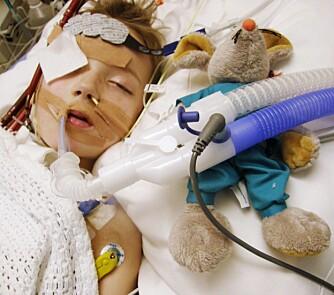 KUNSTIG KOMA: Fordi hjertet hans var så svakt, ble Casper lagt  i kunstig koma mens han ventet på et nytt hjerte. (Foto: Privat)
