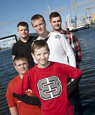 FEM GUTTER: Casper satte stor pris på besøk fra storebrødrene da han oppholdt seg på sykehuset. Fra venstre: Sebastian (16), Richard (21), Joachim (18), Casper (11) og Oliver (14). (Foto: Tor Erik H. Mathiesen)
