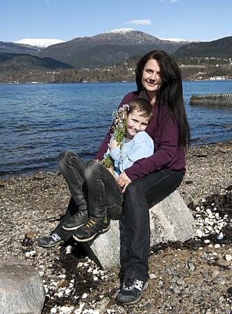 TAKKNEMLIG:  Mamma Wenche Synnøve (39) tenker ofte på hvor heldig hun er som får holde rundt en frisk og fornøyd elleveåring. Kontrasten til den dramatiske tiden på sykehuset er stor. (Foto: Tor Erik H. Mathiesen)