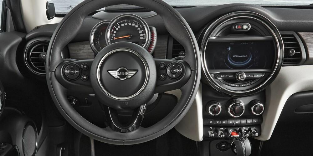 RYDDEJOBB: Hovedinstrumentene sitter der de skal på en kjørebil som Mini Cooper: Rett foran føreren. I tillegg har BMW ordnet opp i knapper og betjeningselementer.