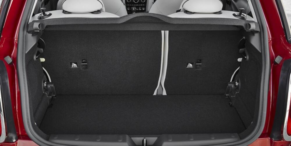 INGEN PLASSKONGE: Riktignok er bagasjerommet blitt større (211-680 liter), men tro ikke at nye Mini er mer enn en tosomhetsbil.